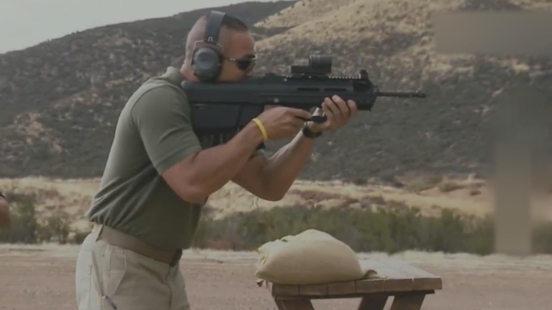 FN FS2000威力测试,4个水壶能打穿几个?