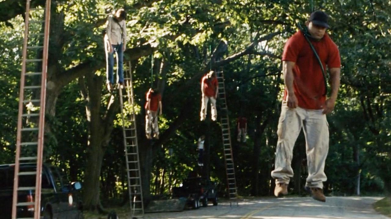 灾难来袭,人类一旦吸入空气便会自杀,树枝挂的都是人!灾难片