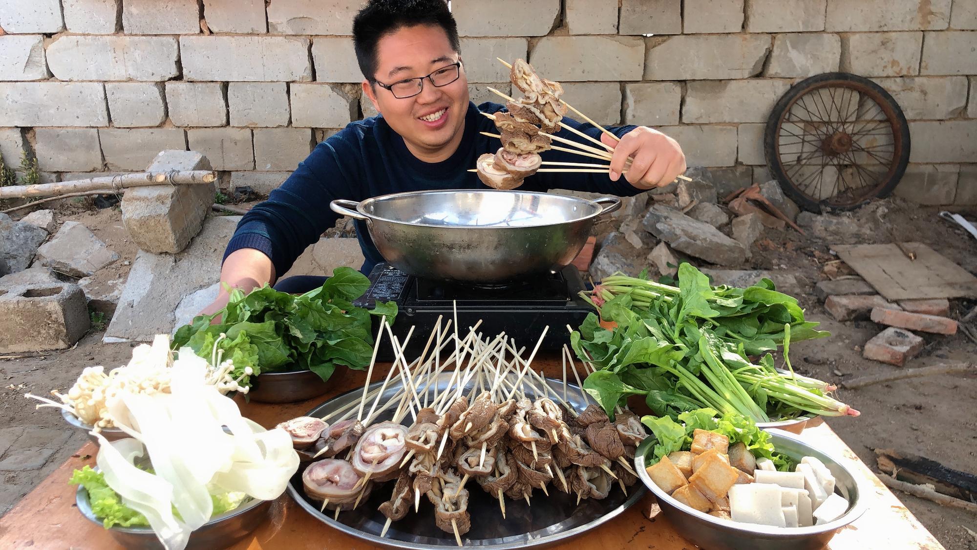 240元买3斤驴肥肠,穿成串,用火锅涮着吃,香辣肥美,过瘾!