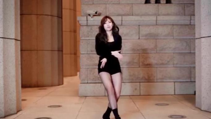 【宅男福利】小姐姐跳猫步轻俏热舞,大长腿一保眼福