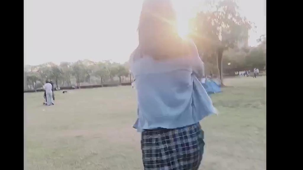 我爱人和她的闺蜜在公园游玩