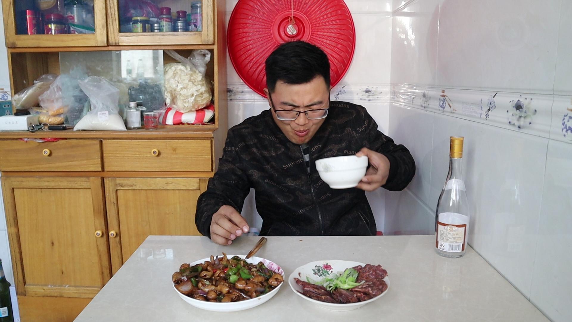 老婆不在家!105元酱牛肉,一斤猪大肠,小伙一人喝一瓶白酒过瘾