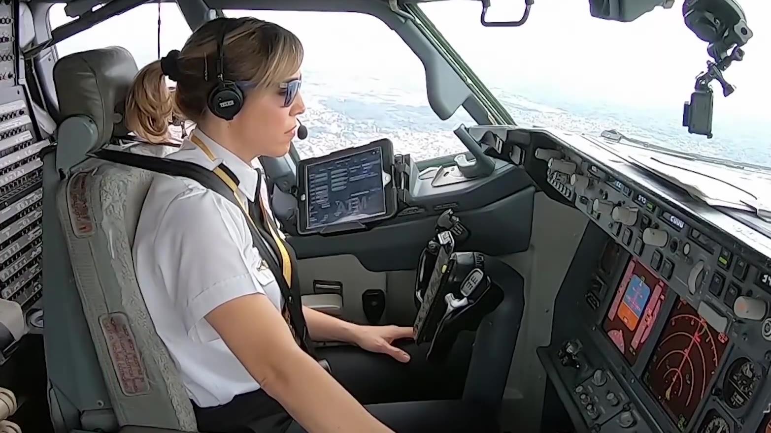 美女驾驶员驾驶波音737离开布宜诺斯艾利斯
