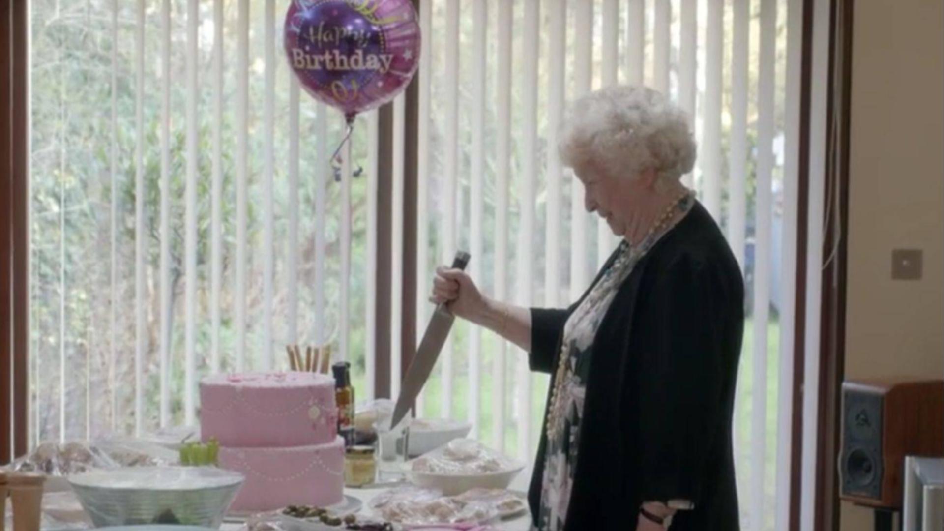 女儿躲在蛋糕底下,想给母亲生日惊喜,却不料母亲一刀切了下去