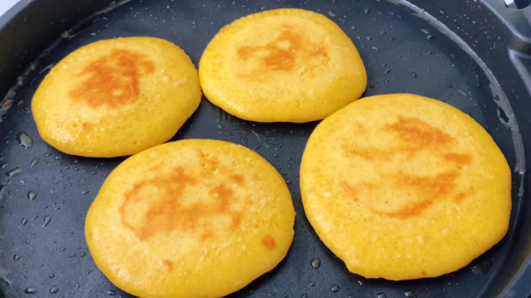 四个鸡蛋半碗面,教你做奶香玉米饼,不发面手不沾面,比蛋糕还好吃