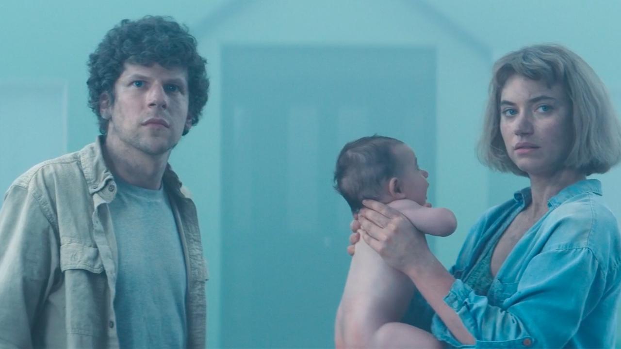夫妻被困诡异无人区,还捡到个孩子,可他一天一个样让人很害怕