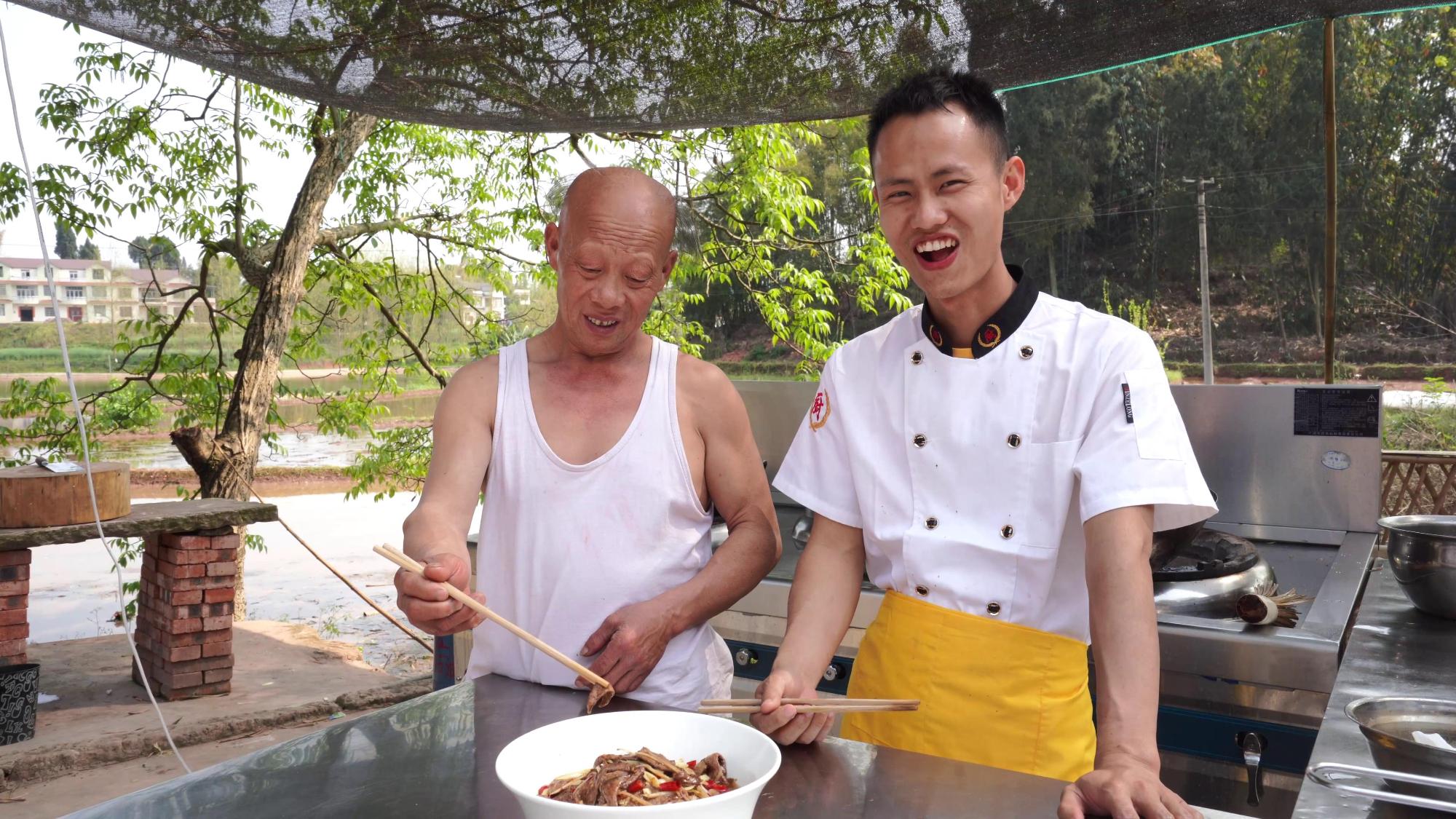 """厨师长教你:""""爆炒嫩猪肝""""的家常做法,口感鲜嫩入味,先收藏了"""