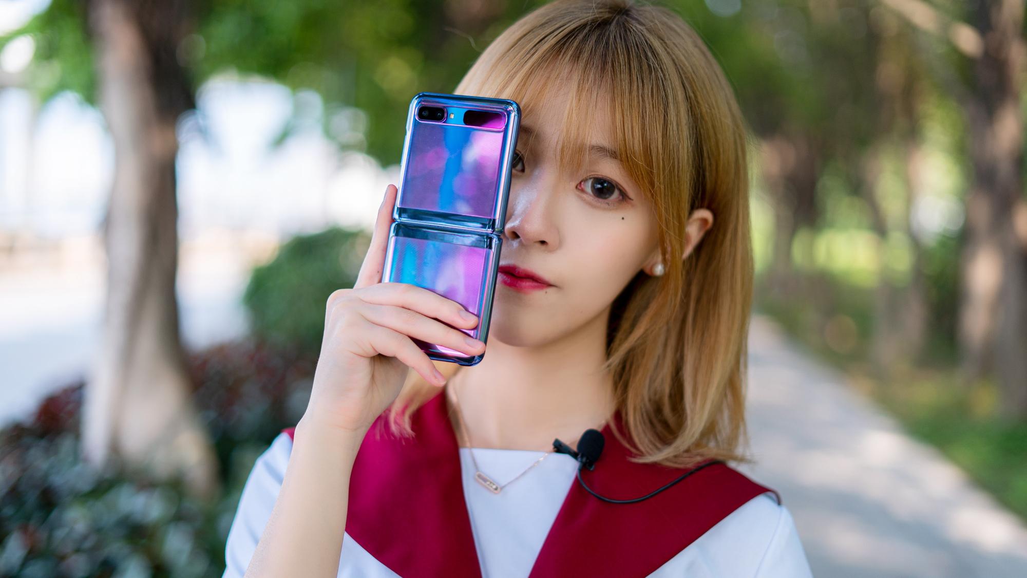 美女测评三星Galaxy Z Flip折叠屏手机,性能值两千,外观9千9?