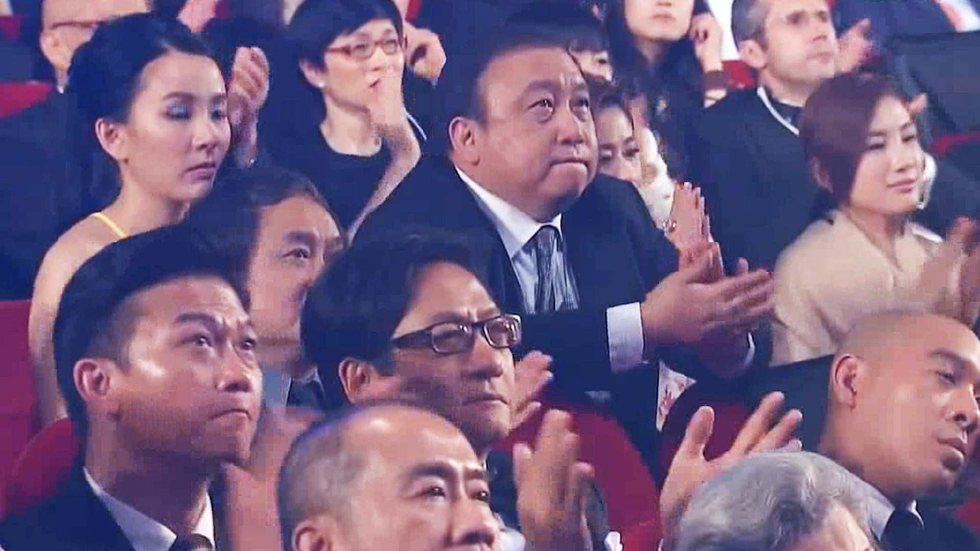 这才是殿堂级的歌手!台下观众全是大佬,竟都老老实实听他唱歌!