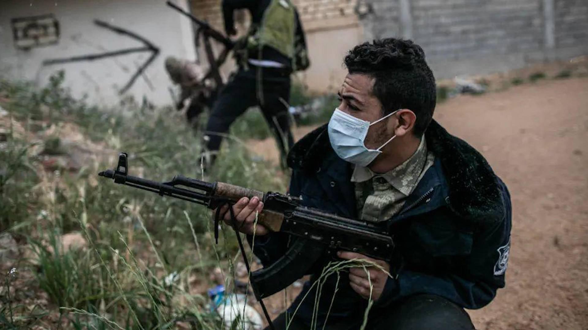 戴上口罩、举起枪,中东多地一边抗疫一边打仗