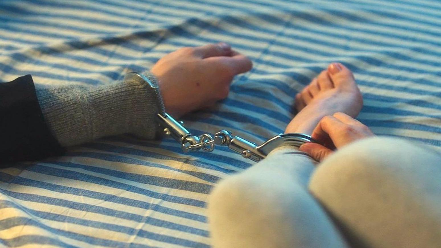 男明星一觉醒来,手和女孩的脚铐在了一起,要上厕所的他尴尬了