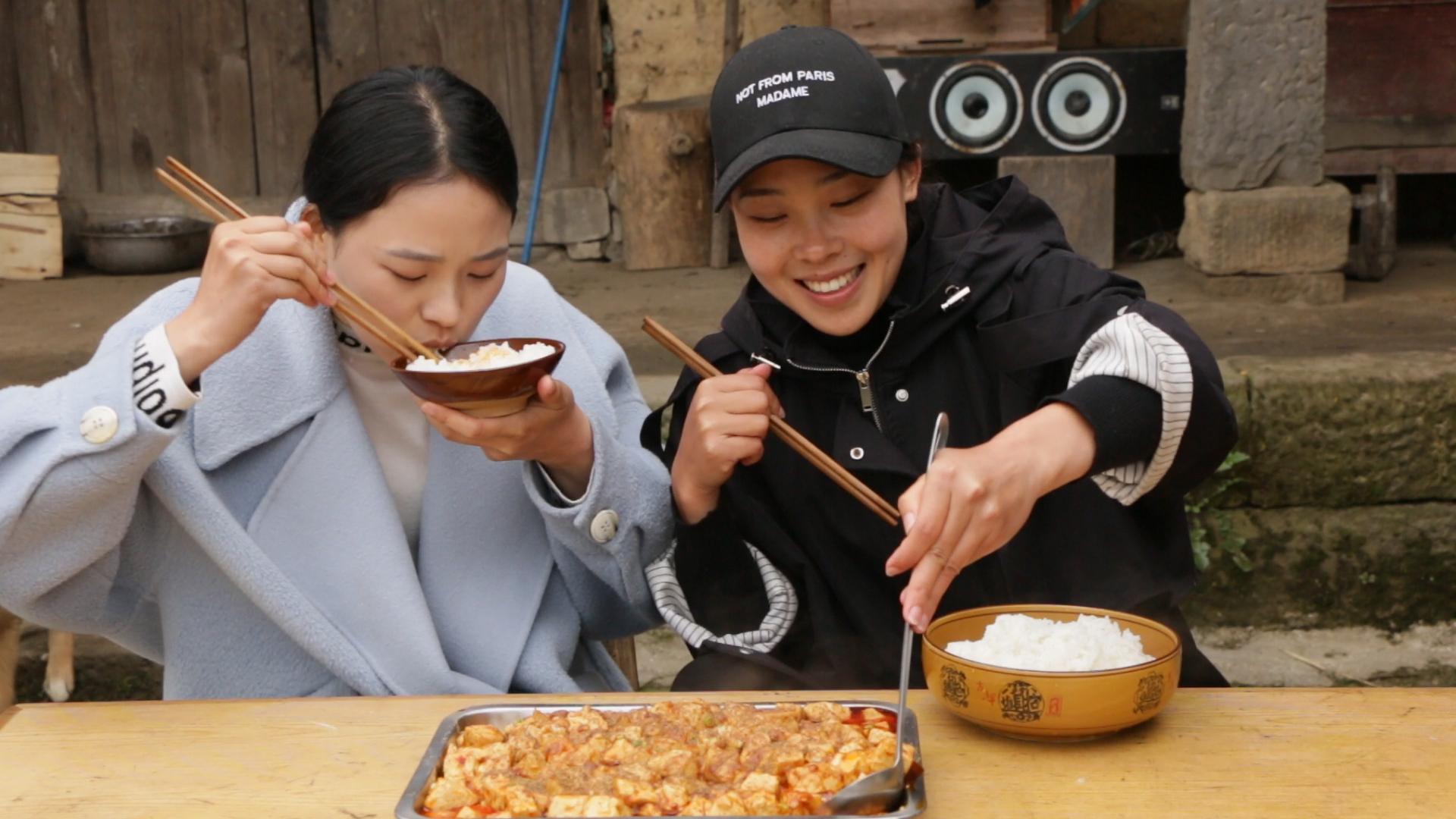 秋妹和姐姐做正宗川味麻婆豆腐,麻辣鲜嫩,汤汁拌饭超好吃,过瘾