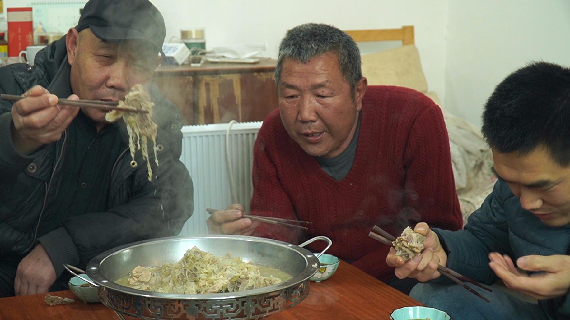 """阿远做""""大骨炖酸菜"""",大伯说吃着真利口,五斤多差点不够吃"""