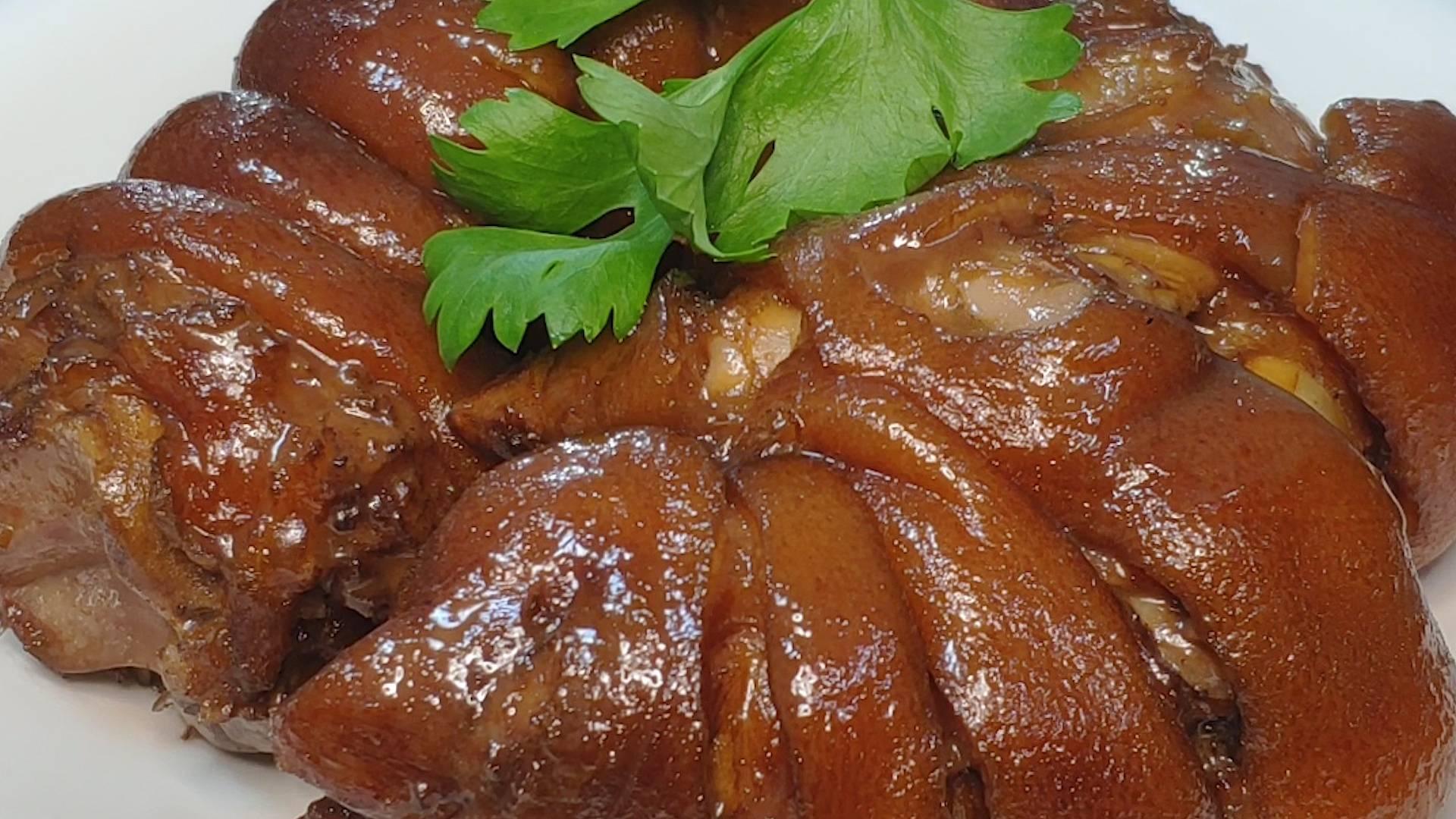红烧猪蹄最爱这样吃,不用剁开整个下锅,出锅香糯入味超解馋