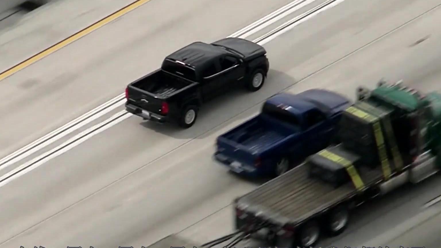 美国加州警察高速追击皮卡,直升机全程直播