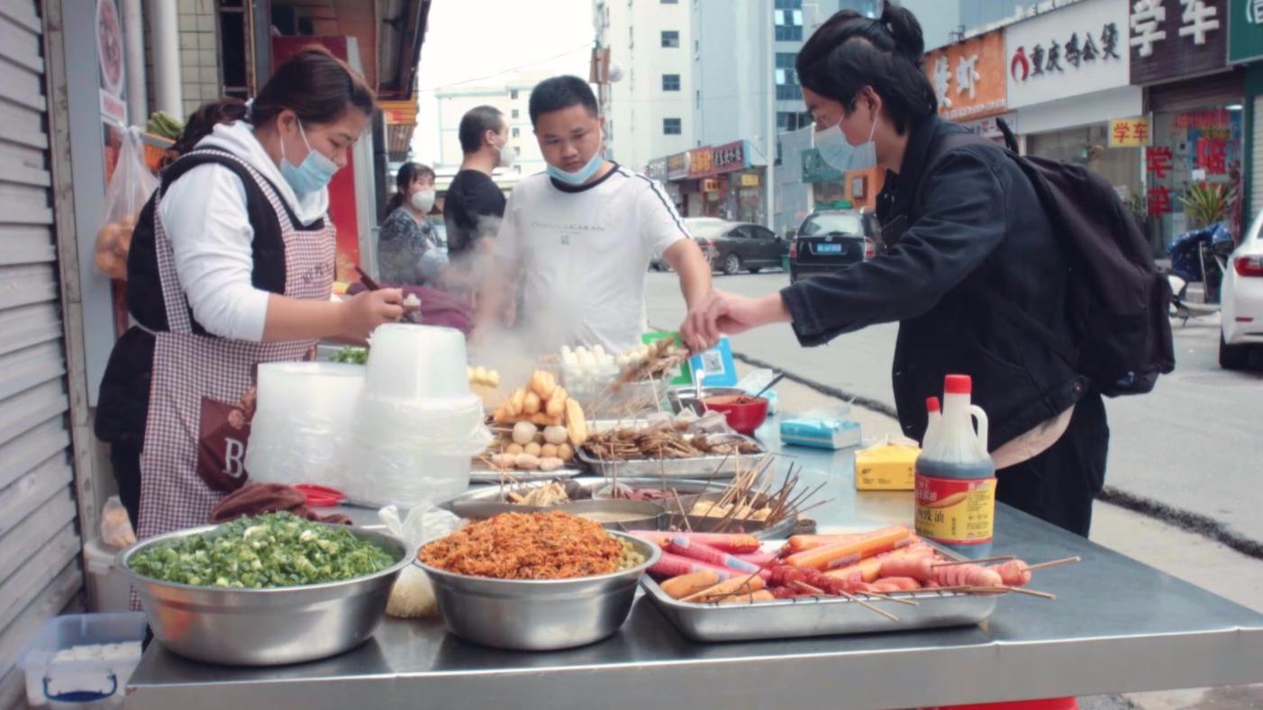 广东街头常见的麻辣烫摊,围在锅边吃,在其他省份也一样吗?