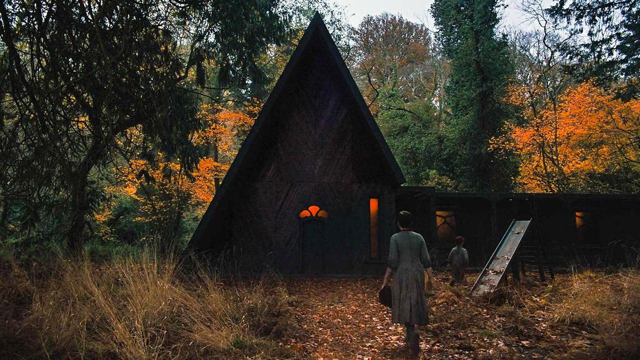 姐弟在树林深处发现一间吃不完食物的屋子,得知原因后她们怕了