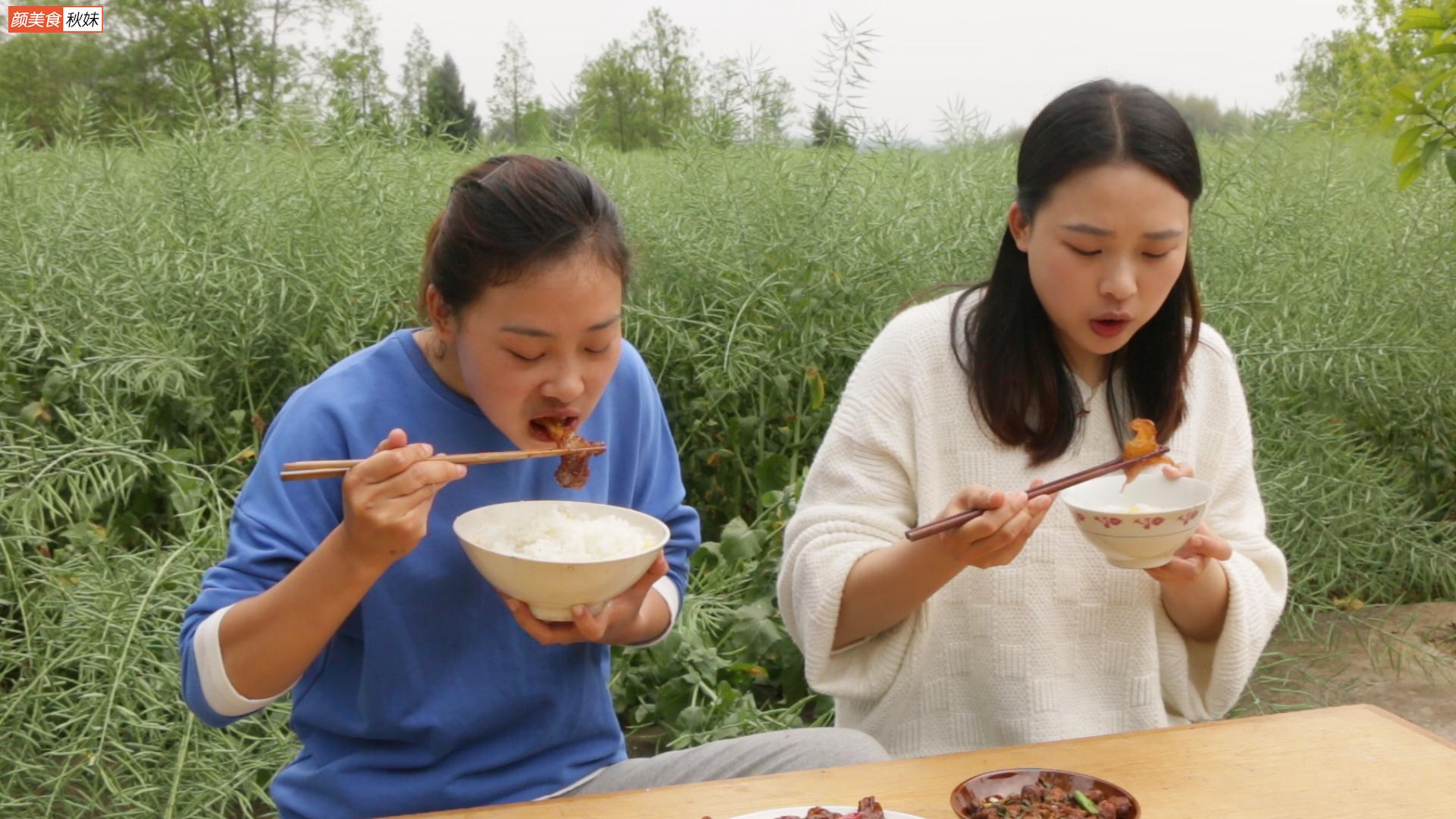 秋妹和姐姐今天吃黄焖牛蹄筋,入口即化,满嘴的胶原蛋白,真美味