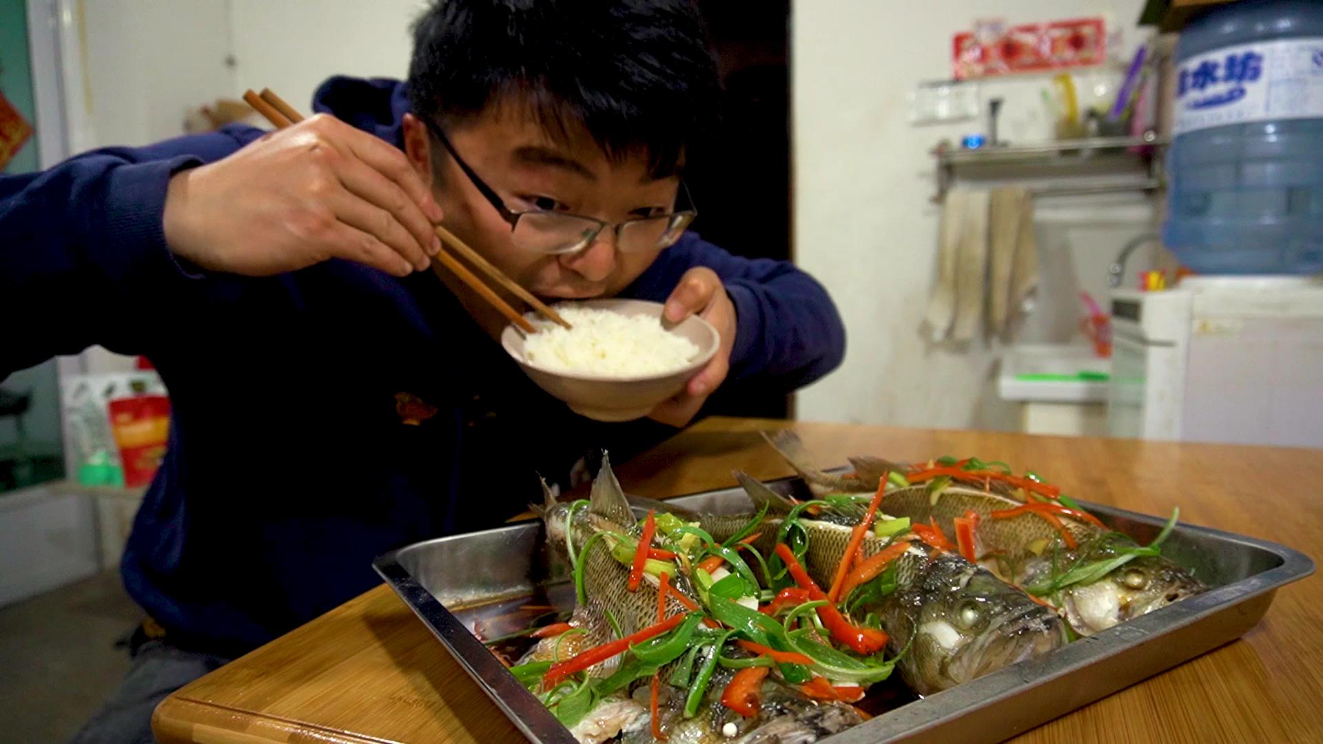 10元四斤的鲈鱼,烧一大盘应该能吃,三条鱼四碗饭,真过瘾