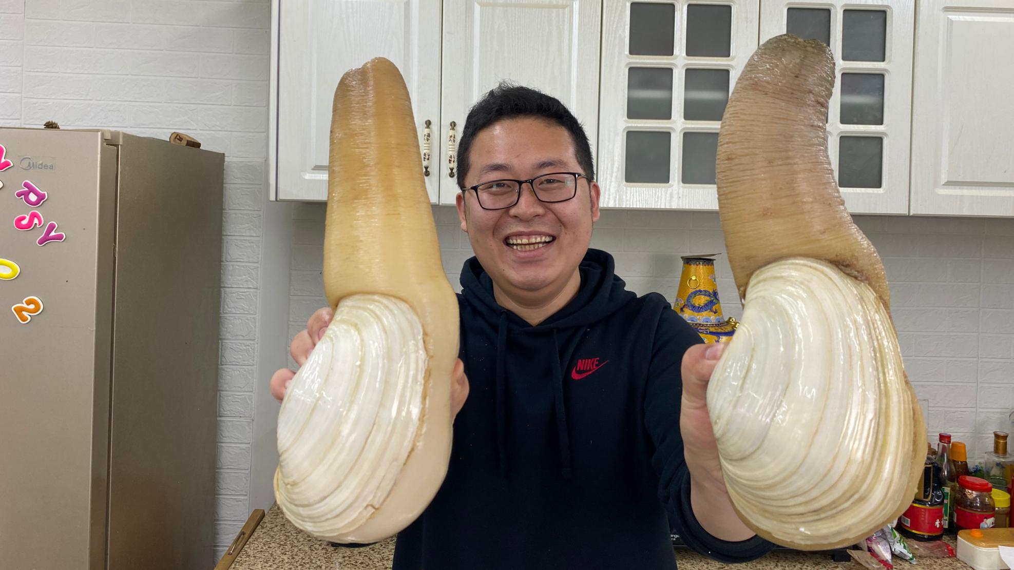 """1300买2只""""象拔蚌""""只只都有4斤多,大的爆炒,小的刺身,吃爽了"""