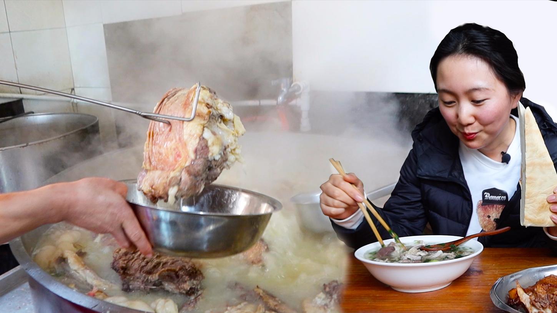 在山东喝羊汤有多豪迈!羊肉剁成大块,抓一把肉舀汤卖20元,在大棚底下吃得畅快
