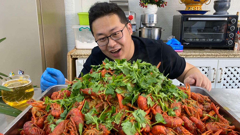"""580买20斤小龙虾,做一锅""""蒜蓉小龙虾""""自己吃一碗,其他送朋友"""