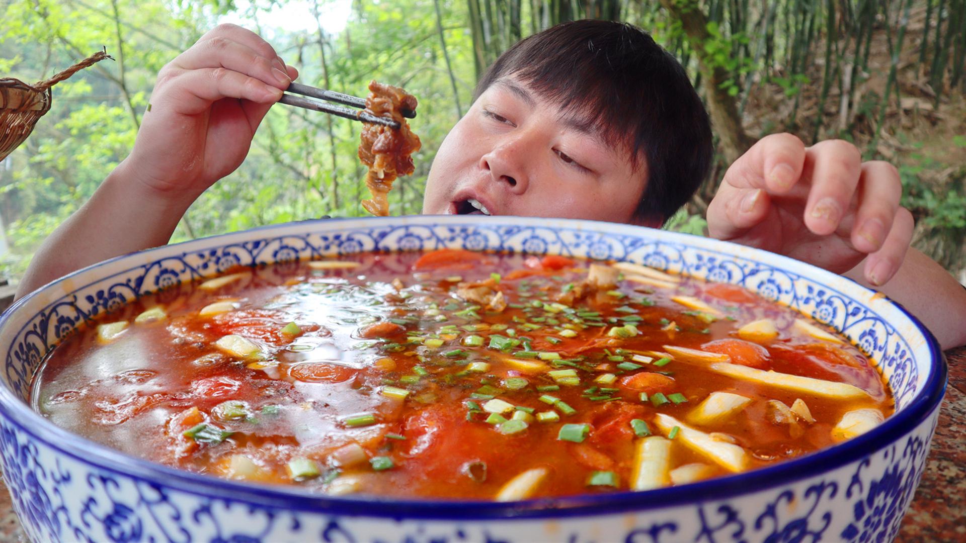 160元牛肉,德哥加6斤番茄一锅烂炖,汤泡饭德哥连吃3碗都不够