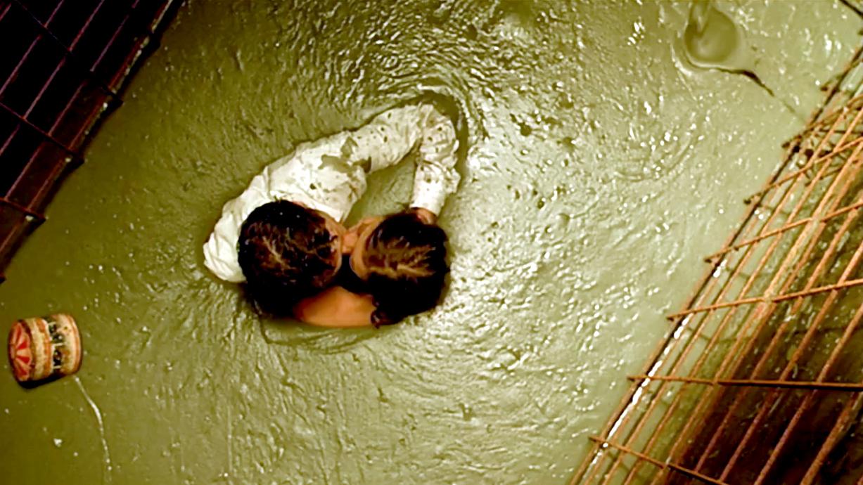 女孩为了玩刺激,和男友一起活埋在水泥里