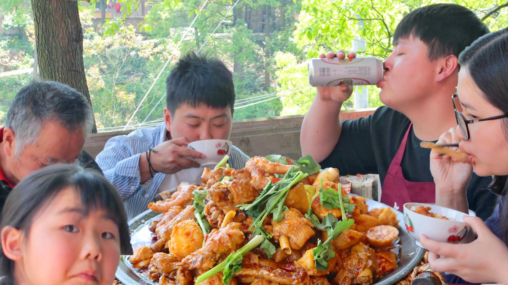 4斤鸡5斤芋头,德哥做1道经典川菜芋儿鸡,鸡肉芋头下啤酒,安逸