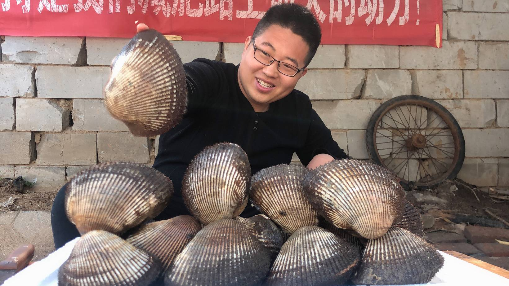 280买来18个超大血蛤,各个鲜嫩肥美,炭火爆烤,吃过瘾了!