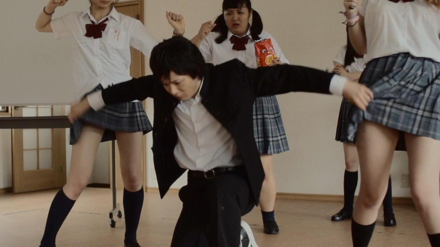 转校生靠掀裙子获得超能力,打败变态老师,拯救全校女生得到校花