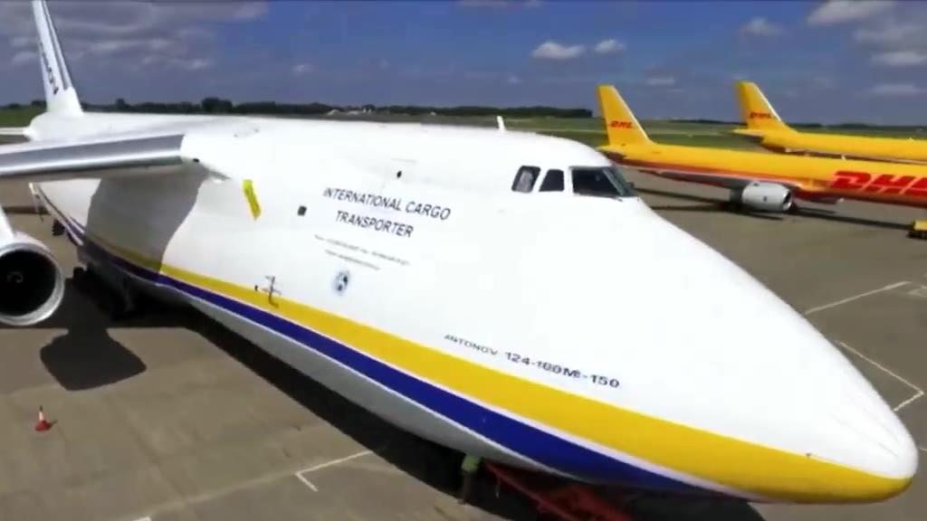 世界系列量产最大运输机安-124!让人称奇的是还可自主装卸货物!