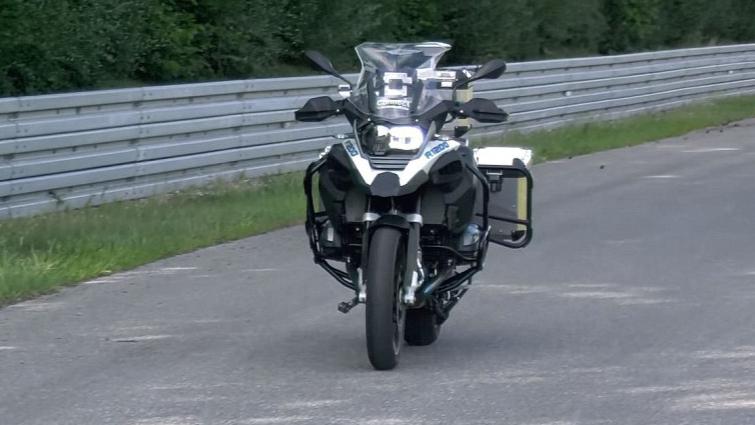 宝马无人驾驶自行摩托车,半夜开你会被吓倒吗,这样安全吗