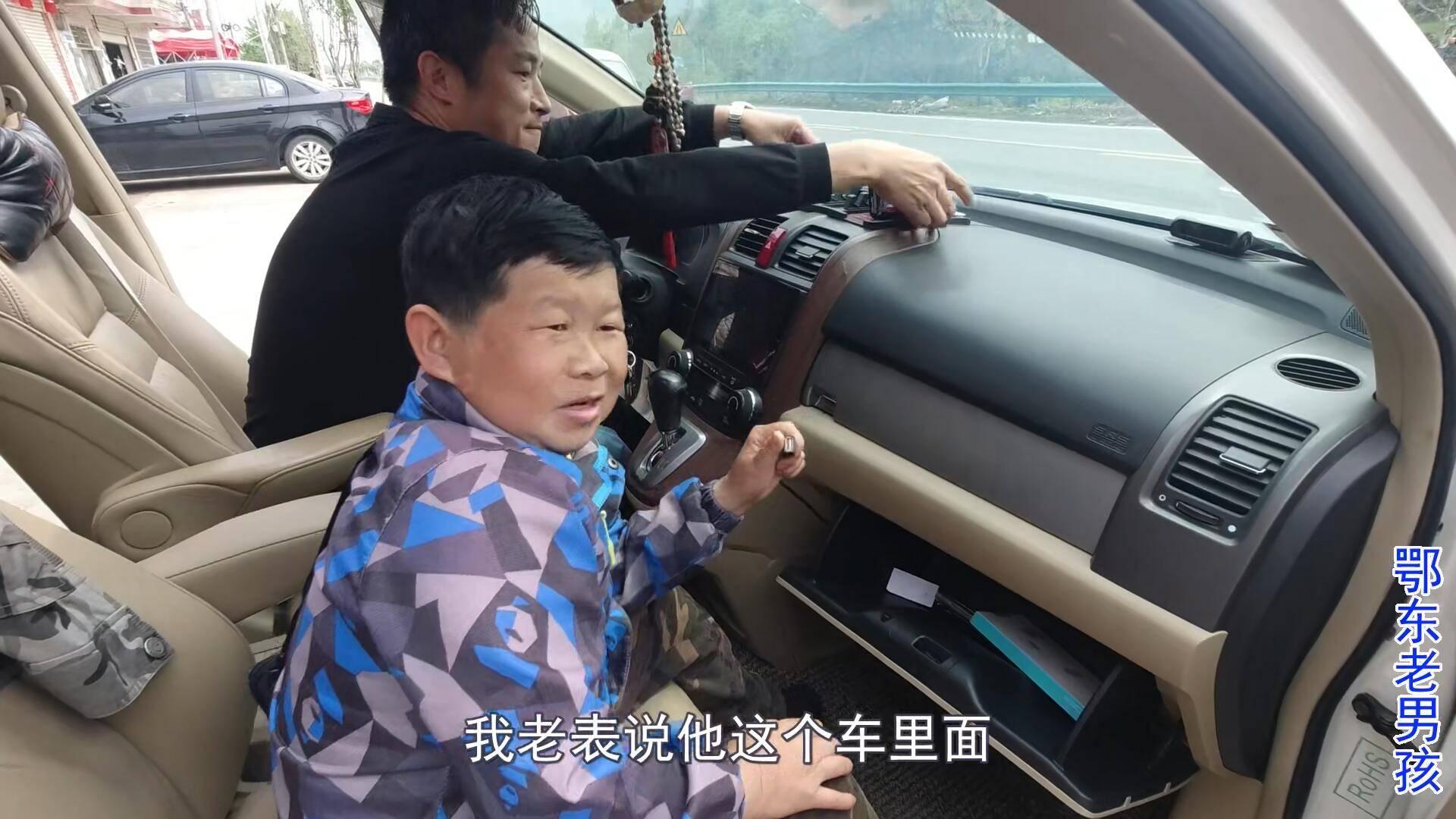 表哥花了8万买辆车,约老男孩去西藏,导航坏了老男孩来修理