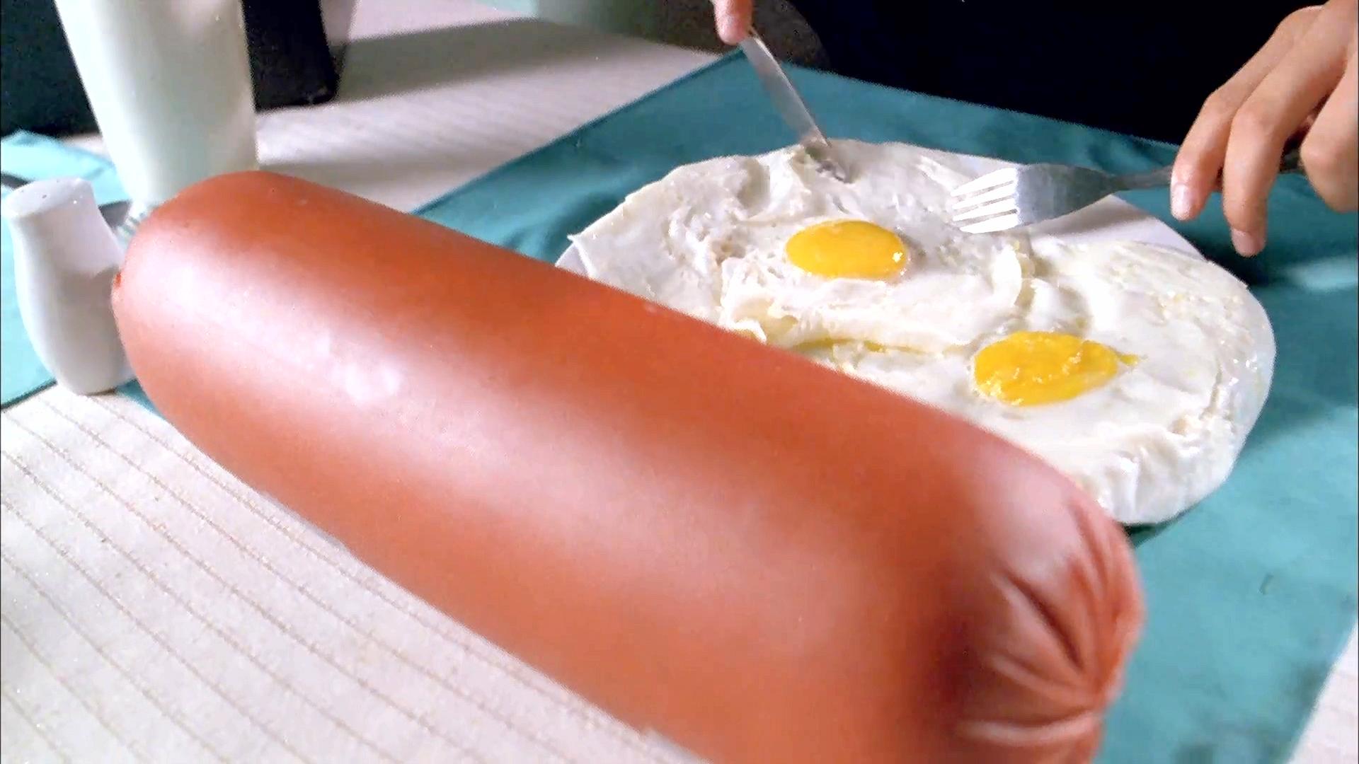 奇幻片:男子拥有神奇放大镜,香肠被放大镜一照,变得比大腿还粗