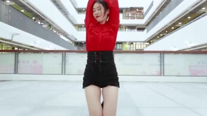 【美女热舞】美女姐姐高楼跳舞,红色上衣搭配热裤,这腿型堪比专业模特