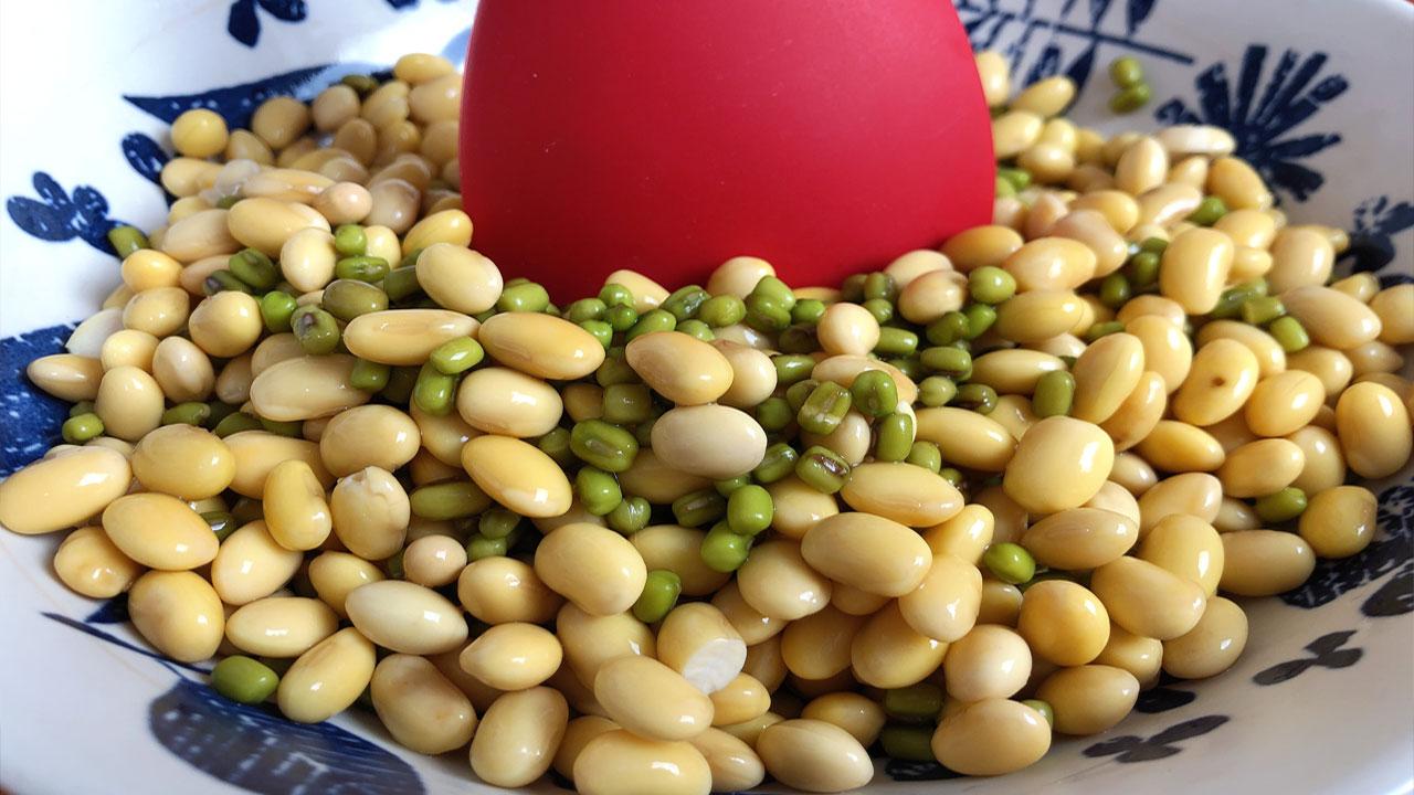 一碗黄豆,半碗绿豆,教你个新鲜吃法,不煲汤不煮粥,出锅抢着吃