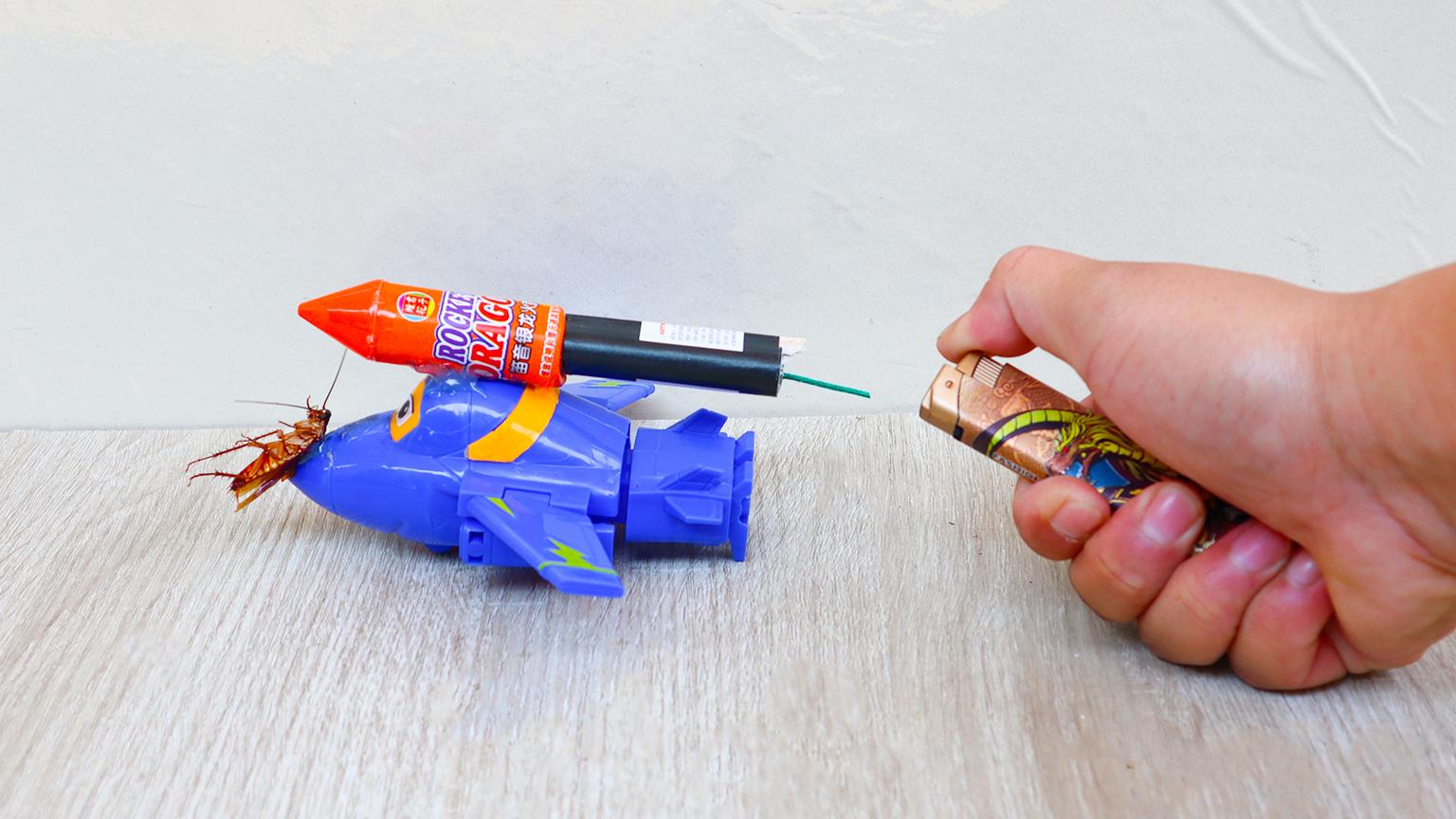 把火箭、蟑螂粘在飞机上面,点燃火箭,会发生什么?