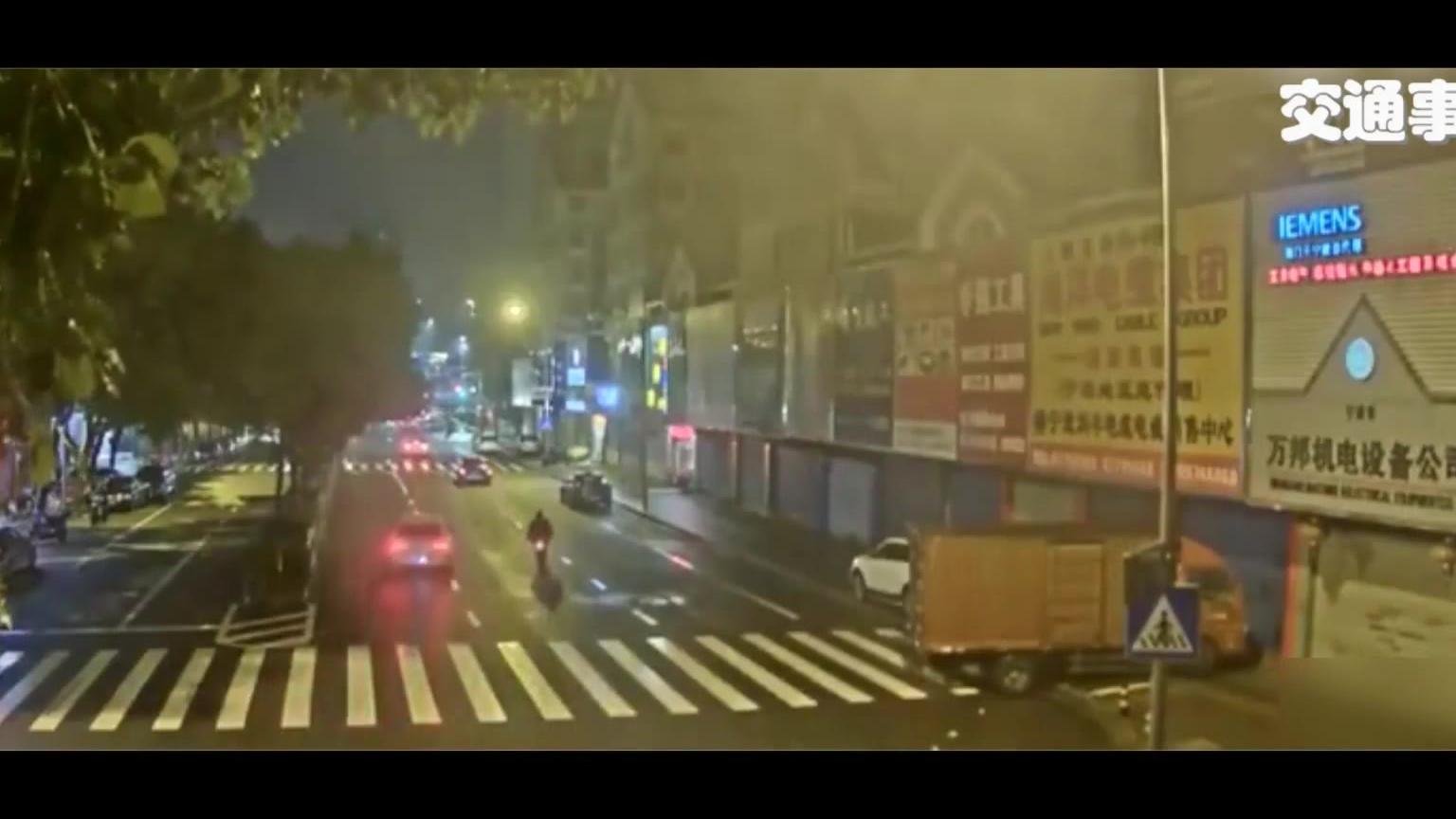 【交通事故】疲劳驾驶,撞向中央隔离带·······翻车!