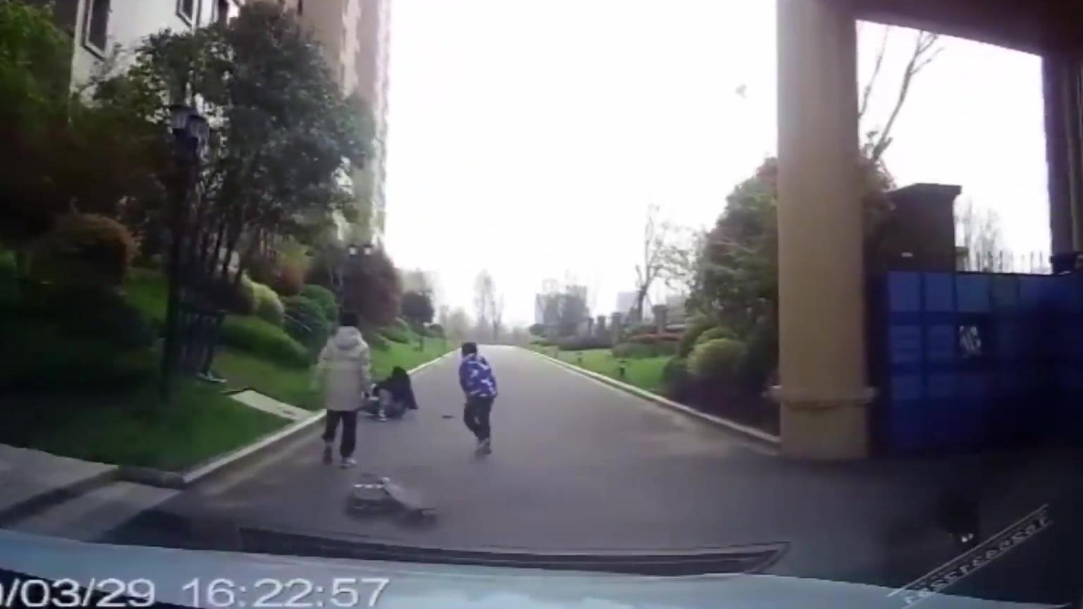 6期:前方车辆的出入,警惕孩子离开视线