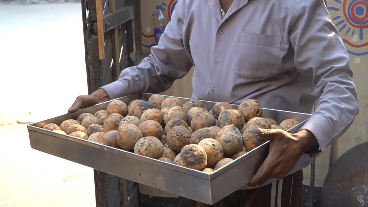 重口味 ! 在牛粪堆里烤出来的印度著名黑暗料理 , 闻着就香 !