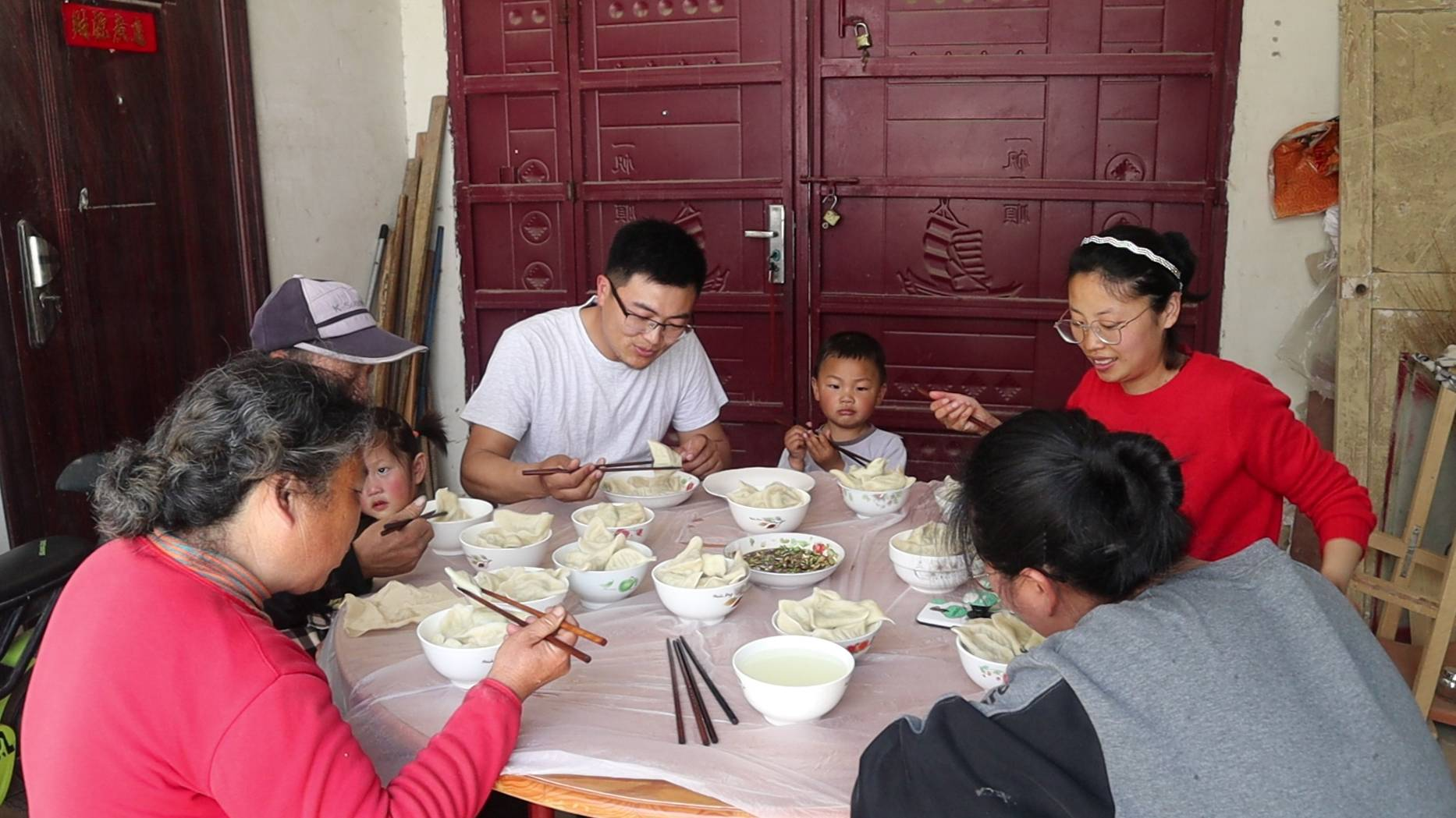 华子去岳父家送面,全家一起包饺子,吃撑了!临走时丈母娘还塞钱
