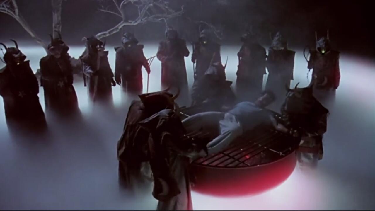 【奥雷】神秘邻居昼伏夜出不人不鬼 小青年为调查真相冒险深入虎穴《地狱来的芳邻》