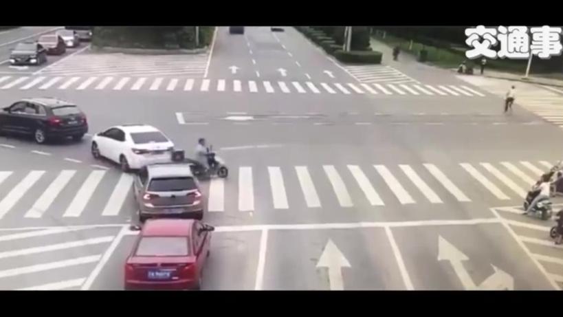 【交通事故】电动车横穿闯红灯,酿事故,很吓人的行为 !