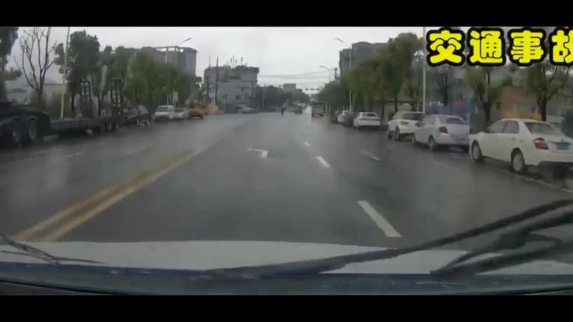 【交通事故】出租车打灯就调头,与视频车发生事故!