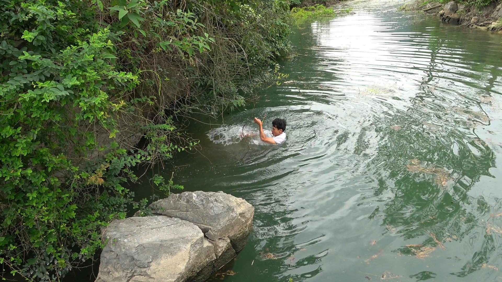 小伙河边野钓遇巨物咬钩,竿子被拉断拖入水中,太刺激了