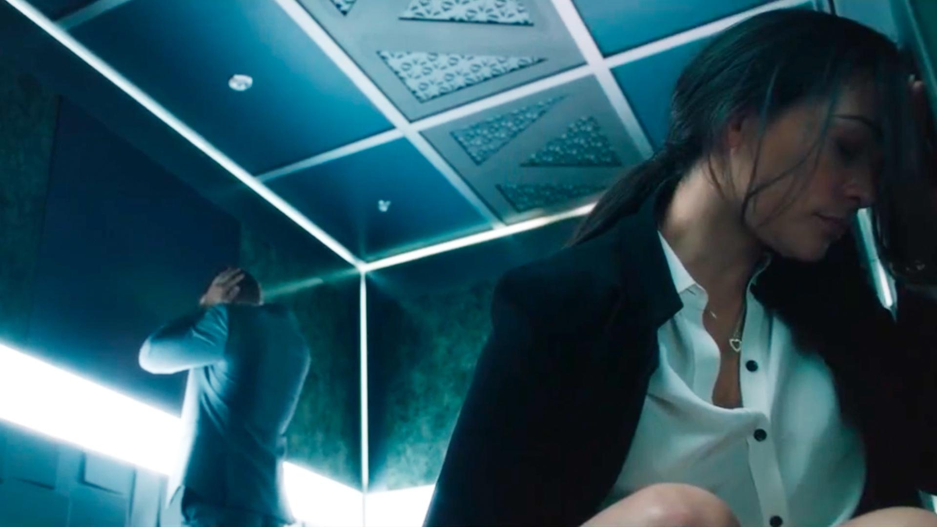 1男1女被困电梯54个小时,出来后,却急忙跑去删除监控视频