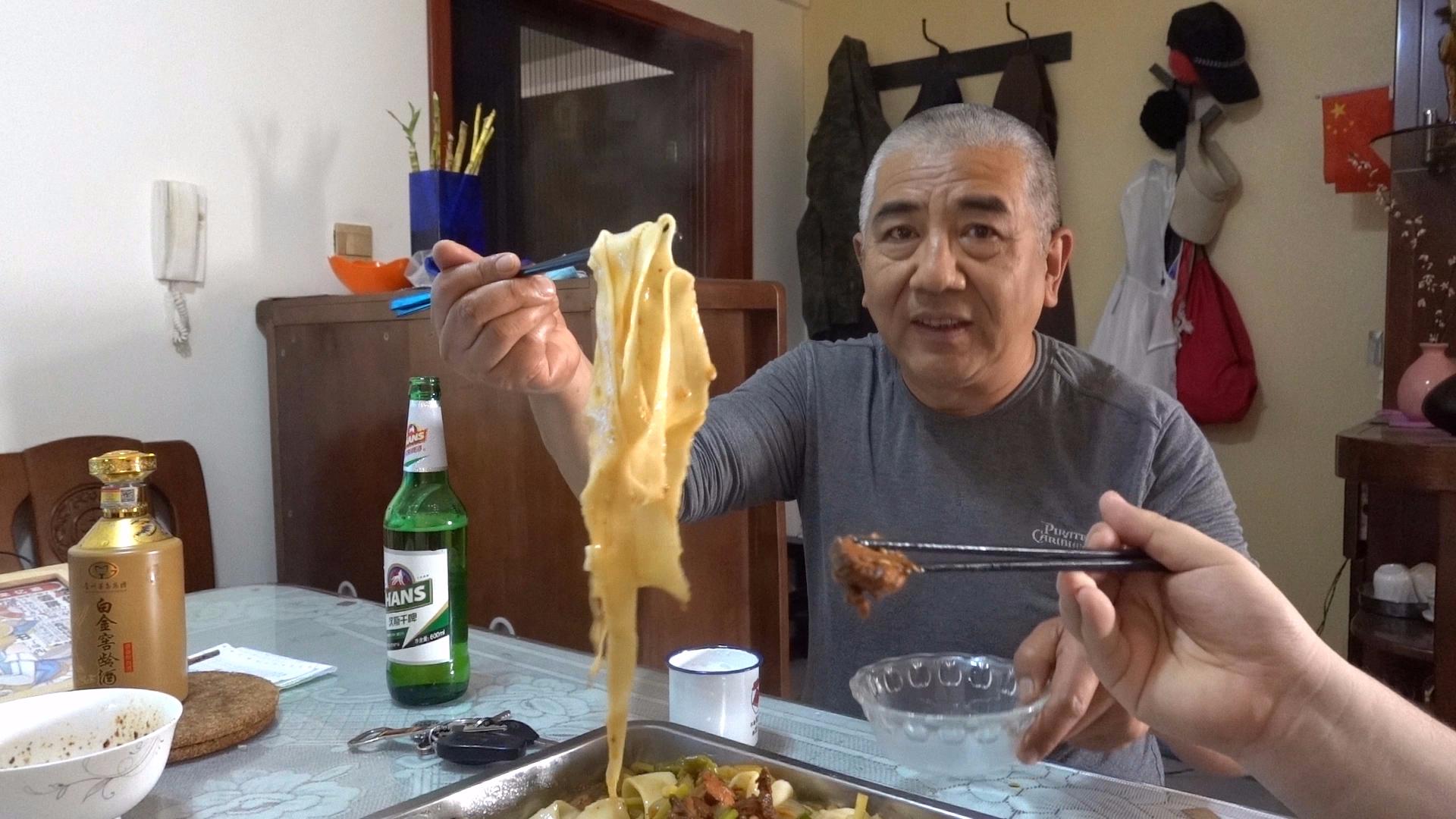【老司马的日常食堂】司马自创大盘鸡拌裤带面,肉大面宽,诸葛赞不停
