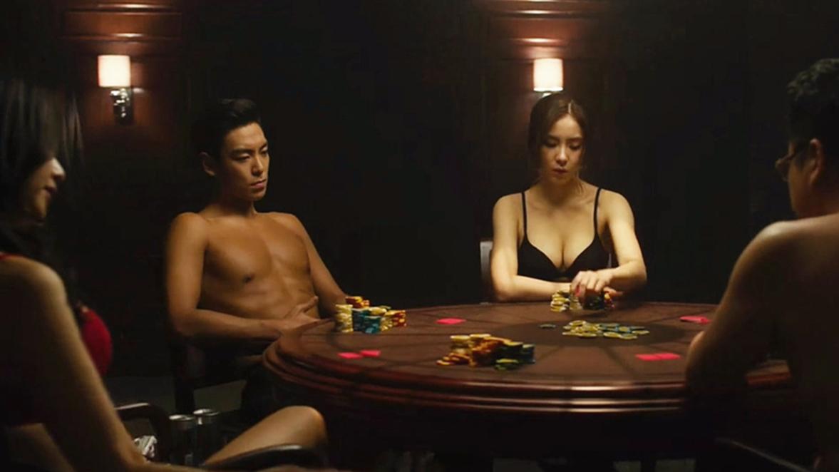 韩国犯罪片《老千2》,赌徒为了防止出老千,要求光膀子打牌