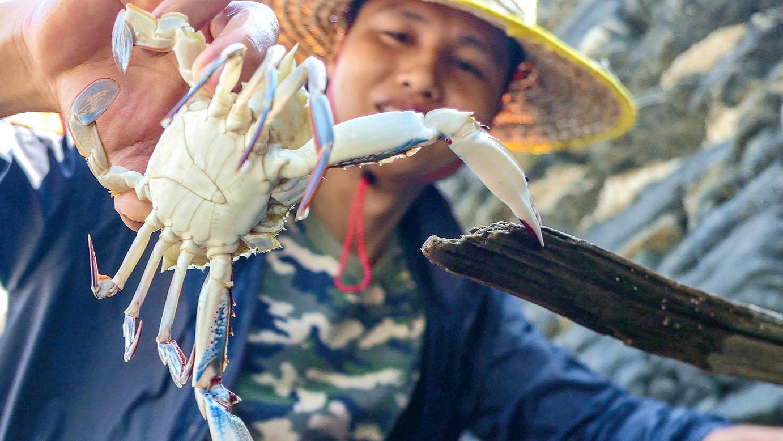 赶海抓到不少花蟹,小伙马上在海边把它们焖了,这野餐太舒服了